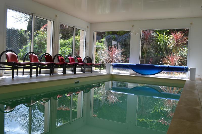 Une piscine interieur particulier immojojo - Belle piscine de particulier ...