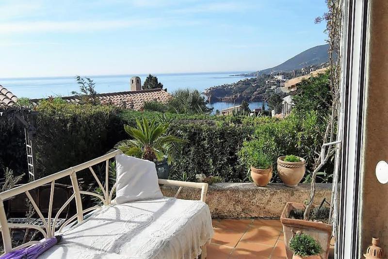 Location villa piscine bord mer alpes maritimes immojojo for Piscine alpes maritimes