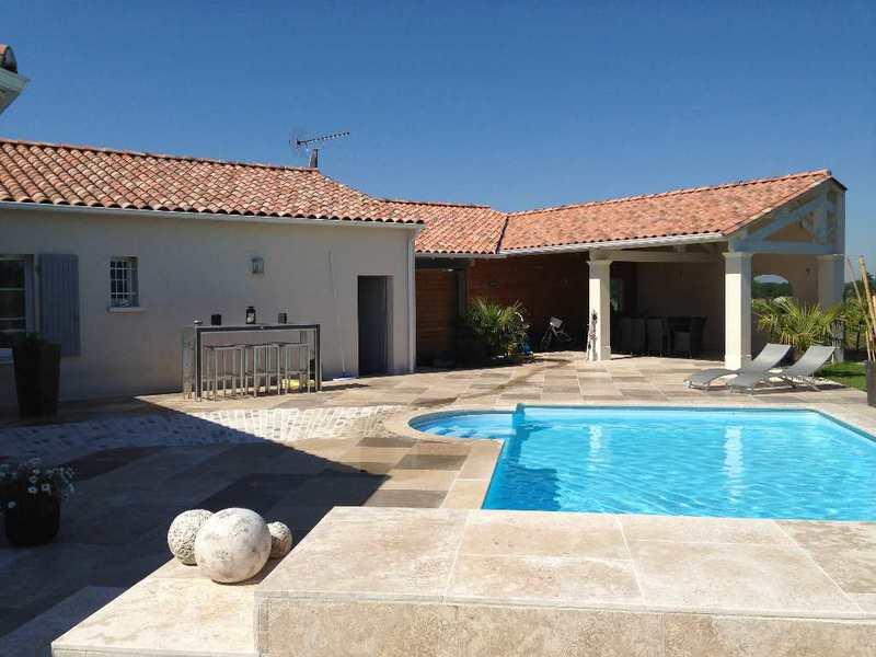 Residence angouleme piscine immojojo for Construction piscine angouleme