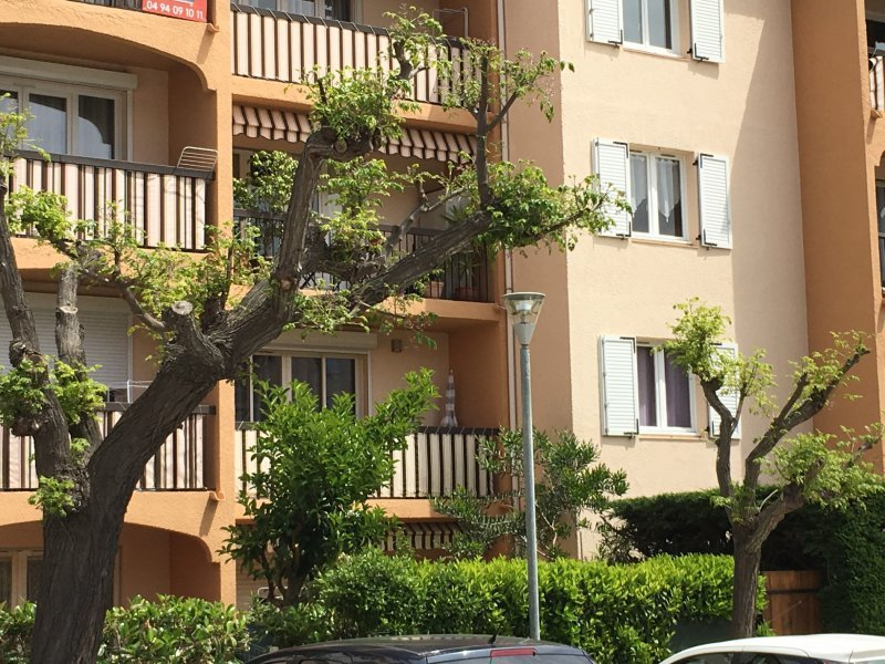 Gare hyeres parking immojojo for Appartement atypique 69