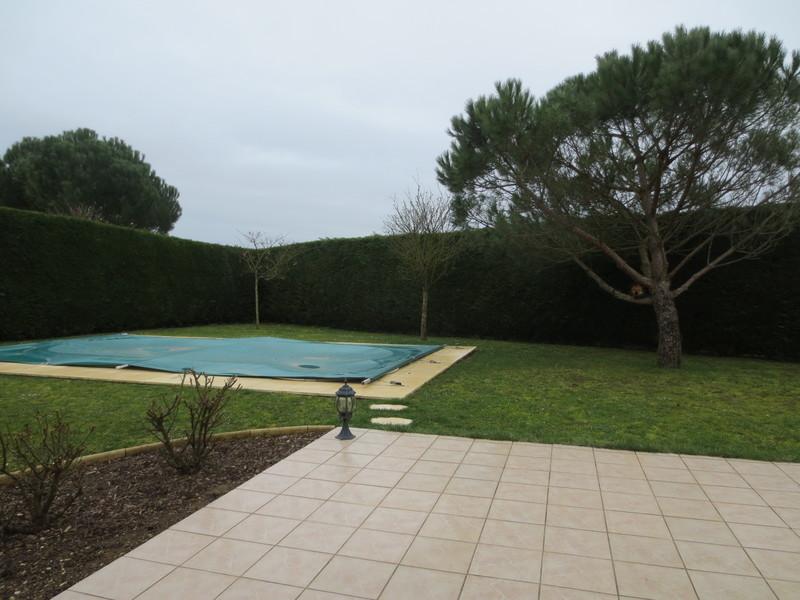 Grand portail bois ancien piscine immojojo for Portail piscine