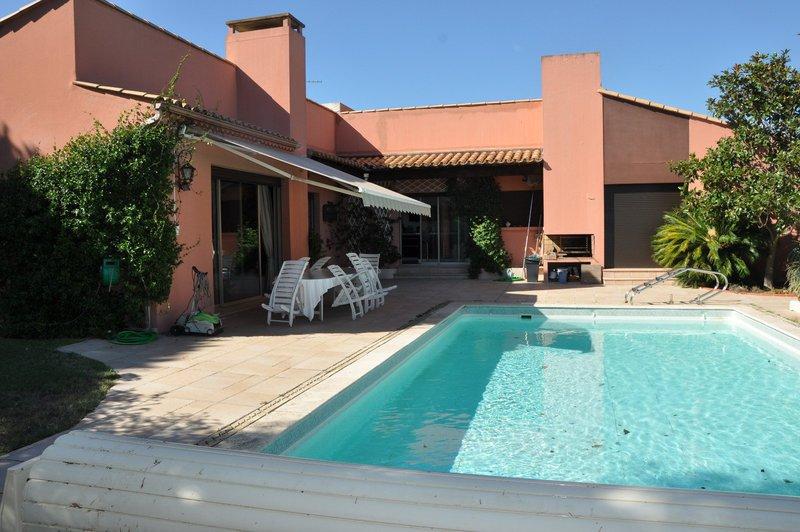 Nimes arles piscine immojojo for Piscine hors sol zone non constructible