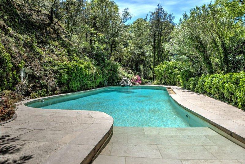 veranda piscine interieure immojojo. Black Bedroom Furniture Sets. Home Design Ideas